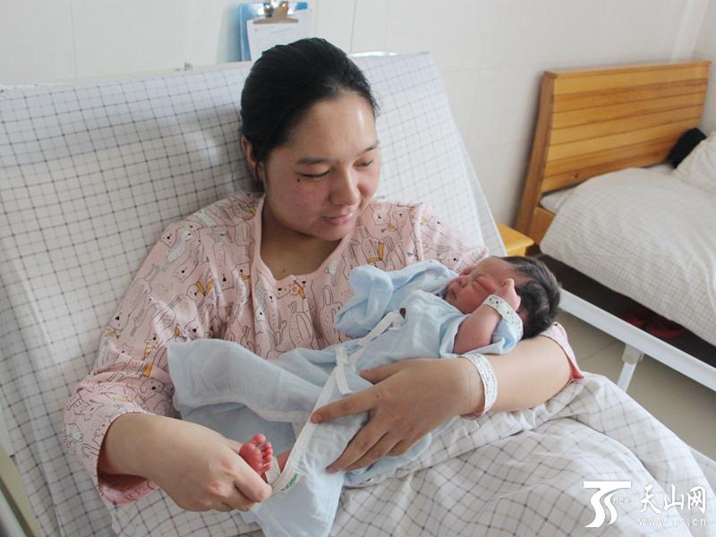 乌鲁木齐市民赵睿睿也曾拥抱过亲人,朋友甚至陌生的可爱小孩,但她从未